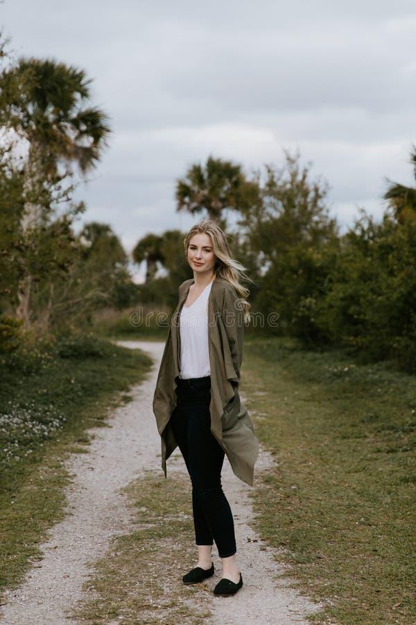 Hübsches junges Schönheits-Frauen-Modell mit dem herrlichen langen blonden Haar, das im Wind draußen lächelt für Porträtauf lizenzfreie stockfotos