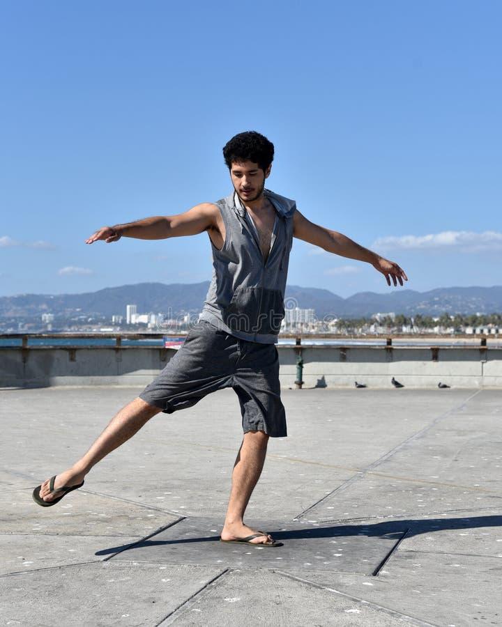 Hübsches junges touristisches Tanzen auf einem Pier stockbilder