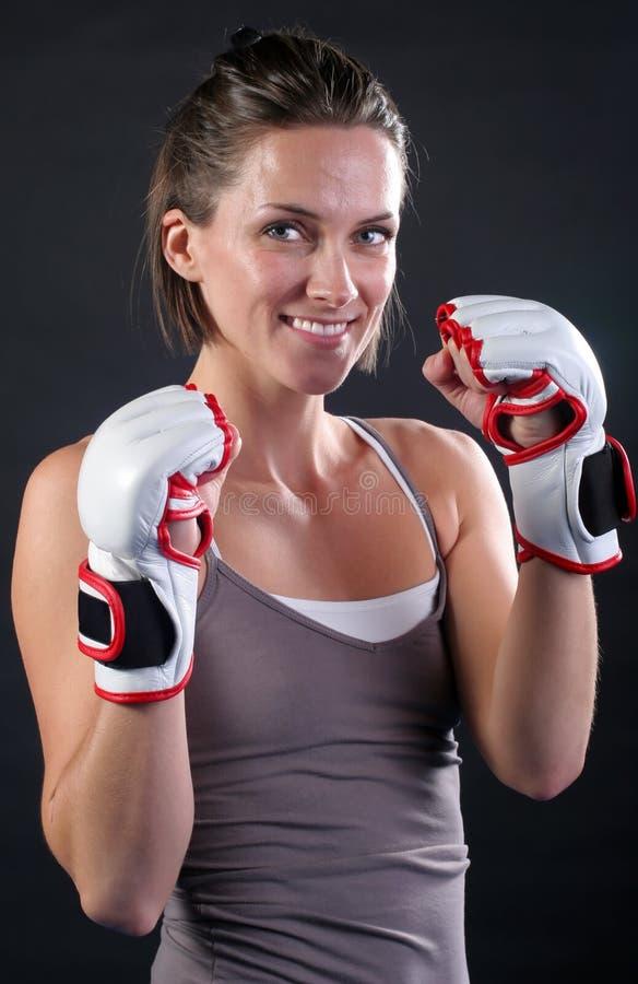 Hübsches Kämpfer-Mädchen-Lächeln lizenzfreie stockbilder