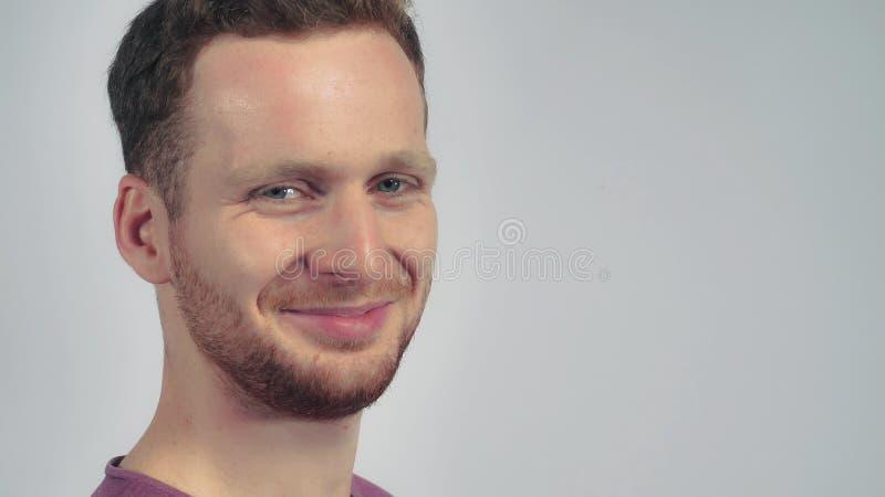Hübsches Kerl Porträt und Winks stockbild