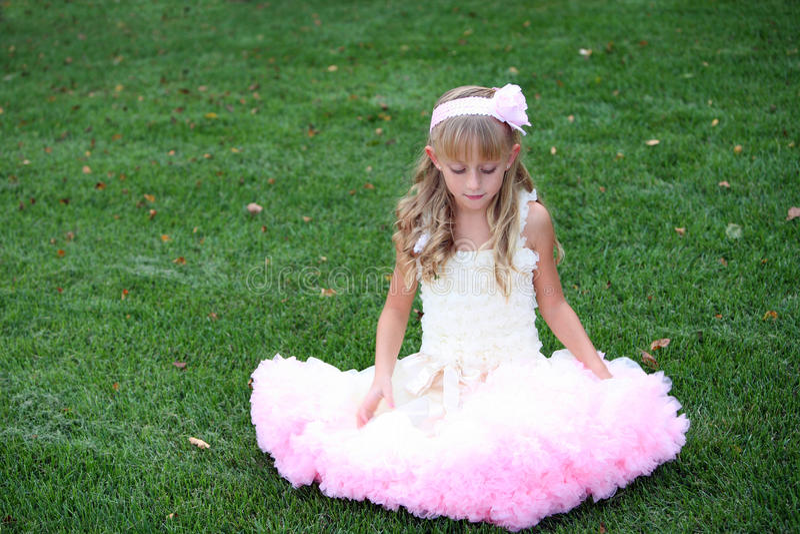 Hübsches Kind im rosafarbenen Kleid stockfotos