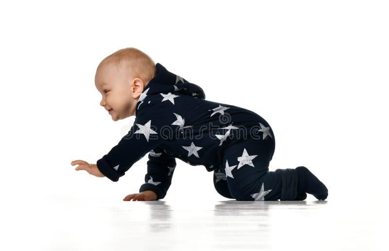 Hübsches kriechendes Baby lokalisiert auf weißem Hintergrund lizenzfreie stockfotos
