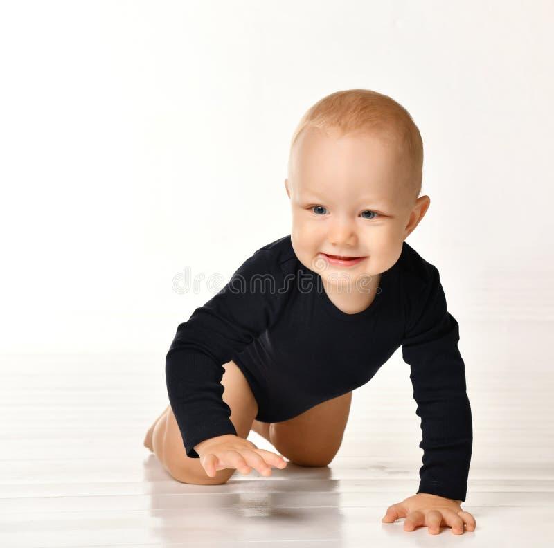 Hübsches kriechendes Baby lokalisiert auf weißem Hintergrund stockfotos