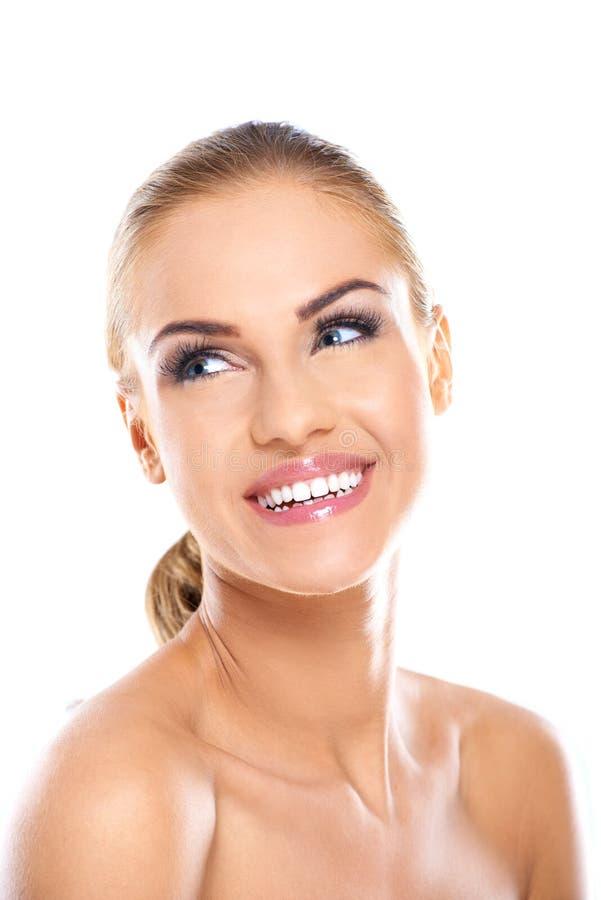Hübsches lächelndes Gesicht der bloßen Frau stockfotos