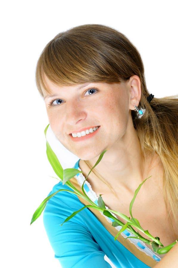 Hübsches lächelndes Mädchen mit einem Bambus stockfoto