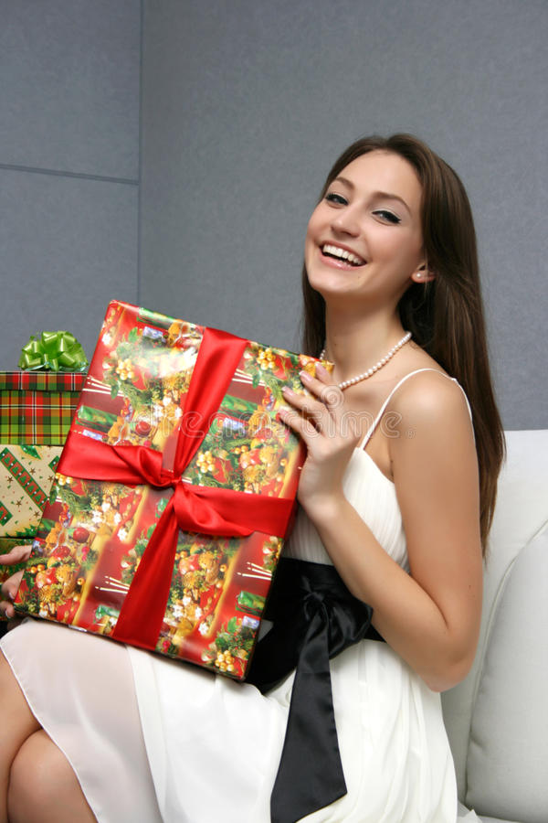 Hübsches lächelndes Mädchen mit Geschenk stockfotografie