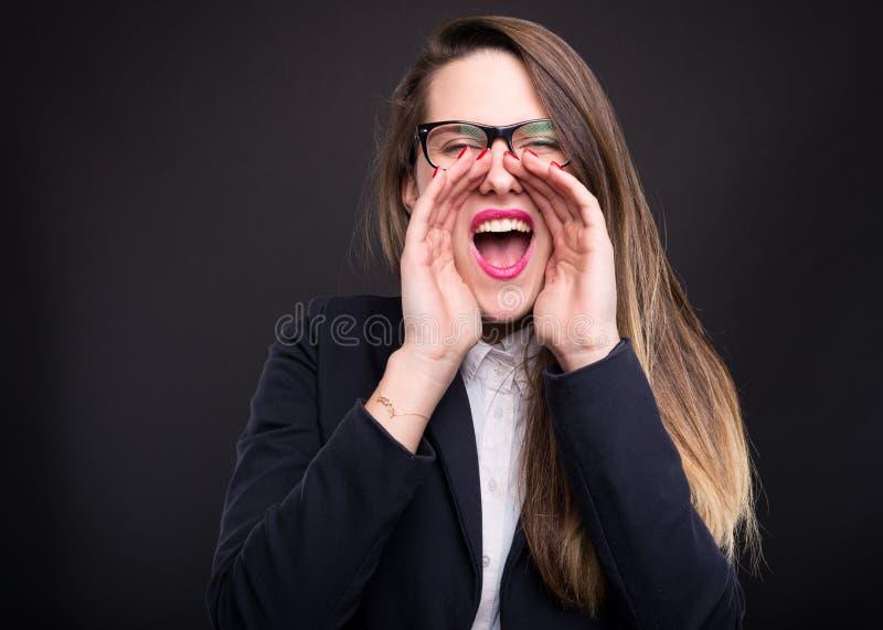 Hübsches lautes Schreien der Geschäftsfrau stockbilder
