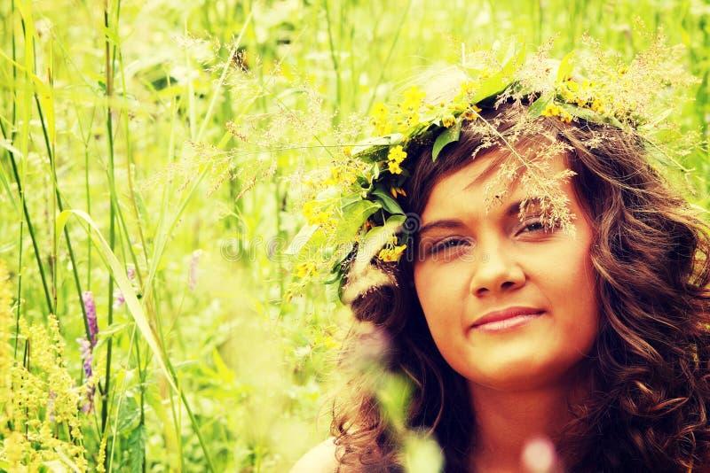 Hübsches Mädchen auf einem Rasen lizenzfreie stockfotos