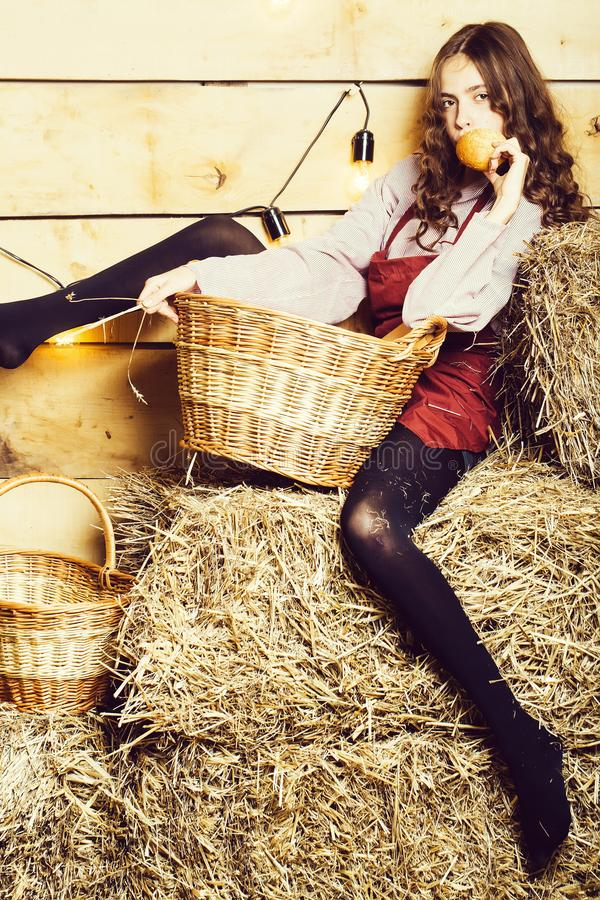 Hübsches Mädchen auf Strohballen lizenzfreie stockfotos