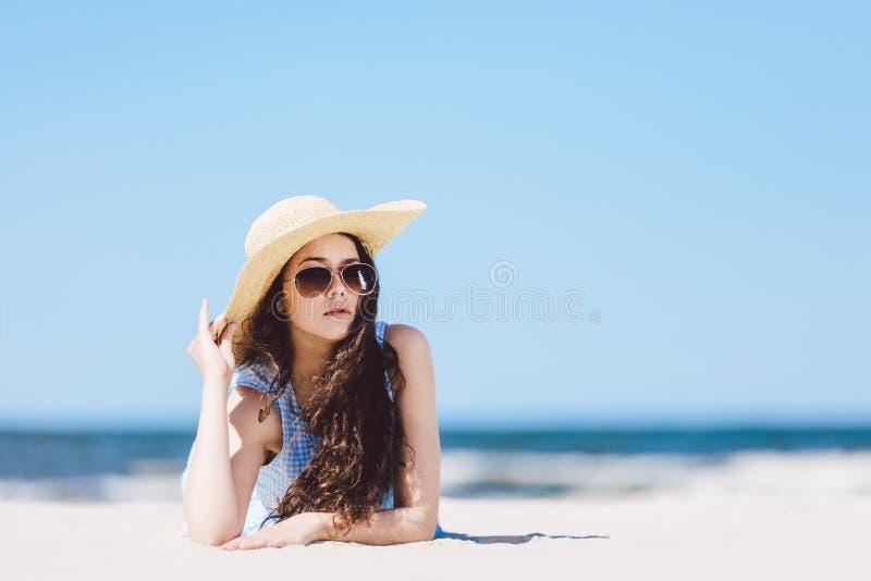 Hübsches Mädchen, das auf den Strand legt stockbilder