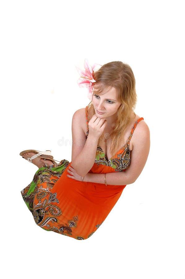 Hübsches Mädchen, das auf Fußboden sitzt. lizenzfreie stockfotos