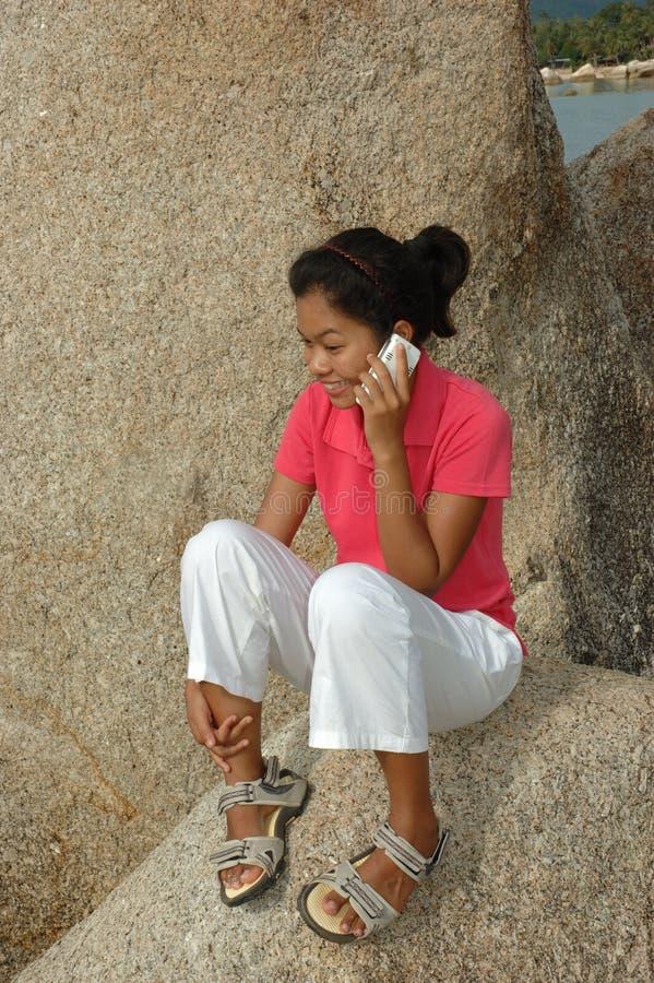 Hübsches Mädchen, das auf Handy spricht stockbilder