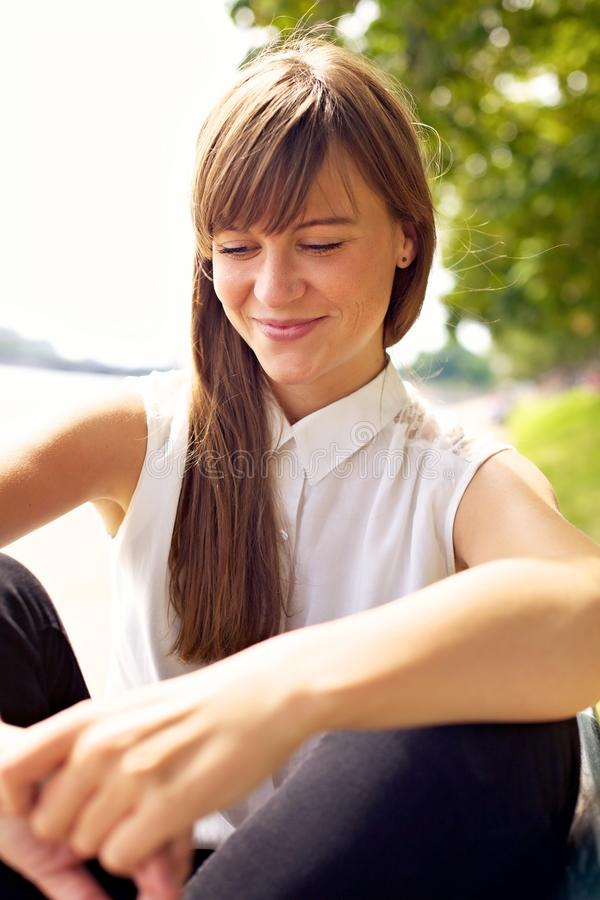 Hübsches Mädchen, das den sonnigen Sommer genießt stockfoto