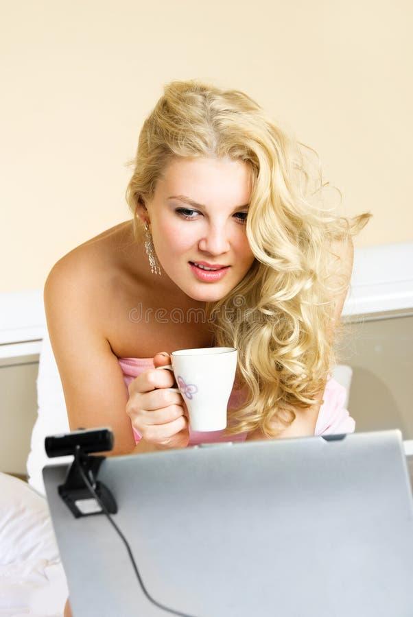 Hübsches Mädchen, das eine Web-Kamera verwendet lizenzfreies stockbild