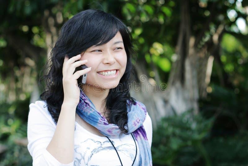 Hübsches Mädchen, das einen Handy verwendet lizenzfreie stockbilder