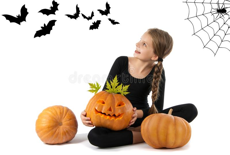 Hübsches Mädchen, das einen Kürbis hält Halloween lizenzfreies stockfoto