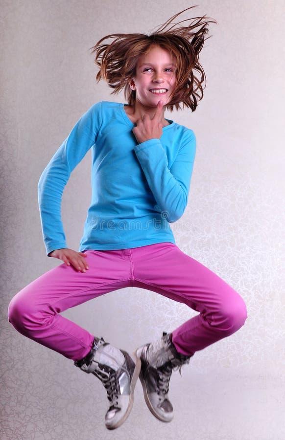 Hübsches Mädchen, das hoch springen, Tanzen und Betrieb lizenzfreies stockfoto