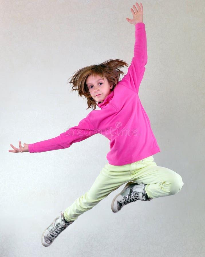 Hübsches Mädchen, das hoch springen, Tanzen und Betrieb lizenzfreies stockbild