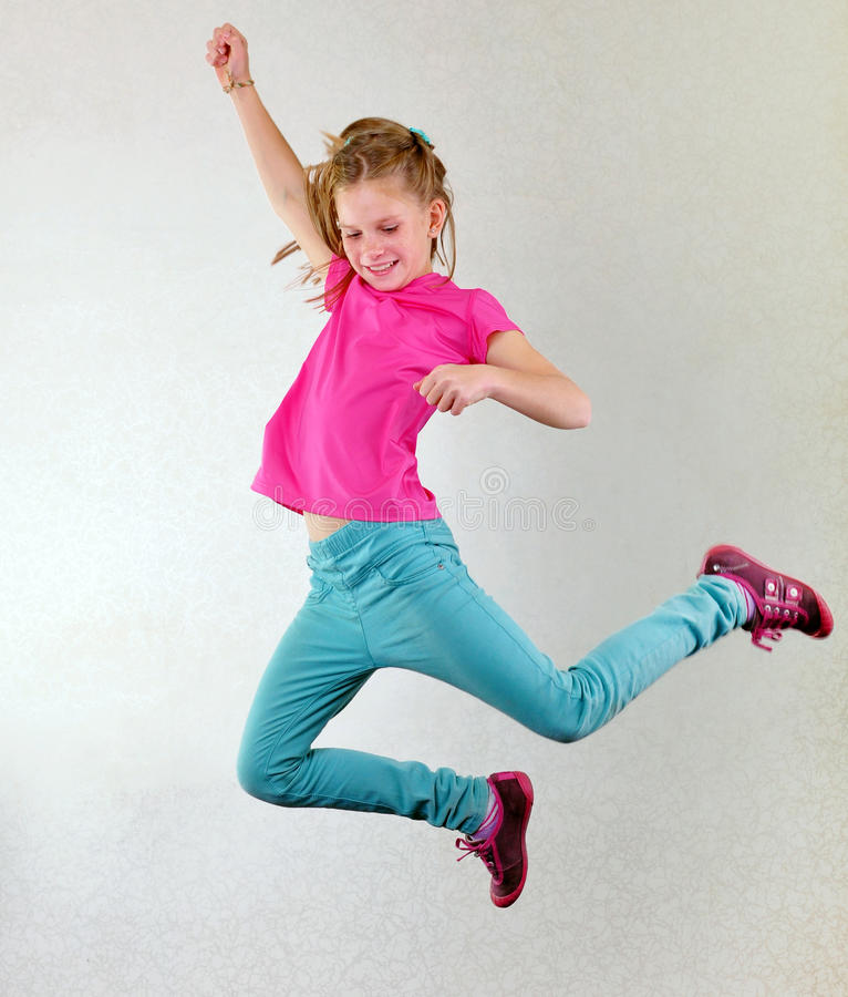 Hübsches Mädchen, das hoch springen, Tanzen und Betrieb lizenzfreie stockbilder