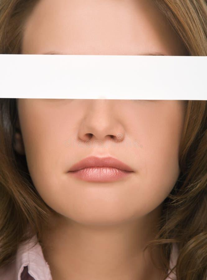 Hübsches Mädchen, das ihre Augennahaufnahme versteckt