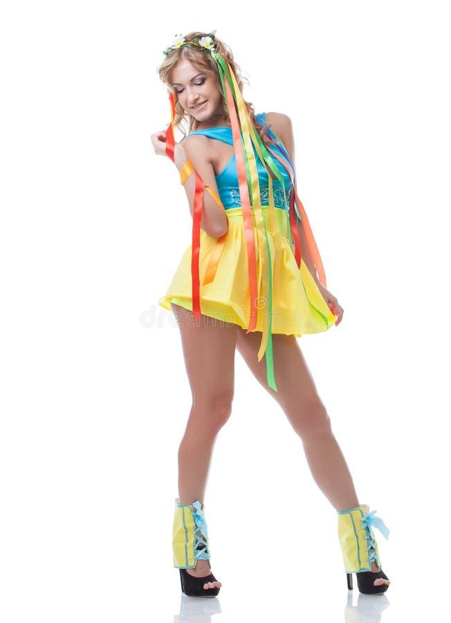 Hübsches Mädchen, das im bunten Kleid mit Kranz aufwirft lizenzfreie stockfotografie