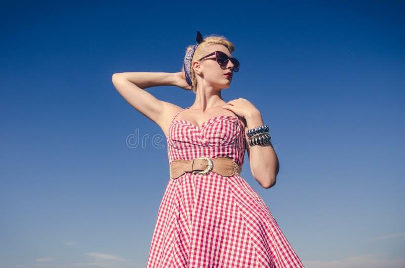Hübsches Mädchen, das im Kleid aufwirft lizenzfreie stockfotos