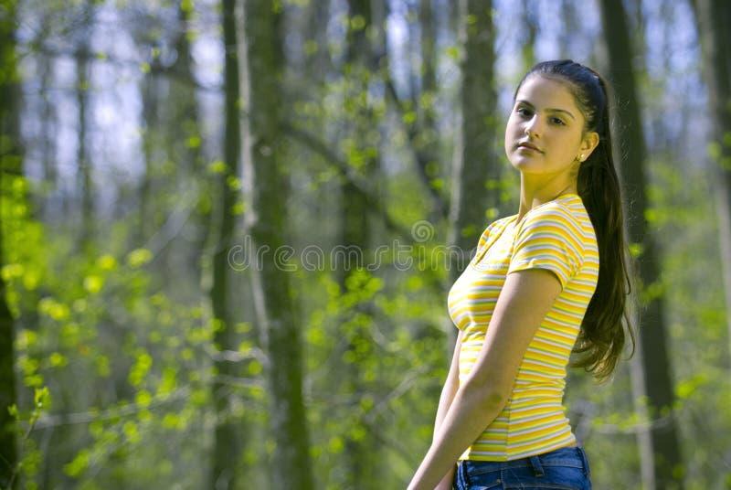 Hübsches Mädchen, das im Wald formt lizenzfreie stockfotos