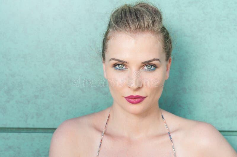 Hübsches Mädchen, das mit Sommerblick und -make-up aufwirft lizenzfreies stockbild