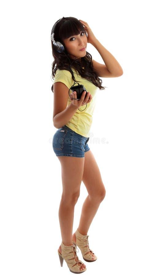 Hübsches Mädchen, das Musik hört stockfotografie