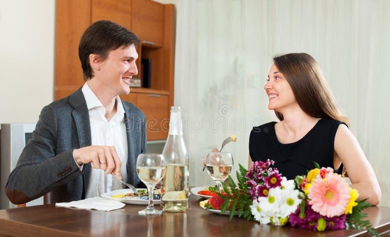Hübsches Mädchen, das romantisches mit Kerl zu Abend isst lizenzfreies stockfoto