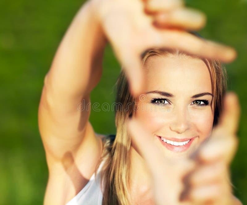 Hübsches Mädchen, das Spaß hat stockfoto