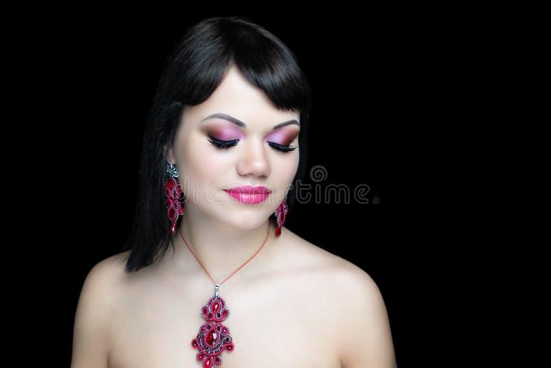 Hübsches Mädchen, das am Studio, geschlossene Augen aufwirft lizenzfreies stockbild