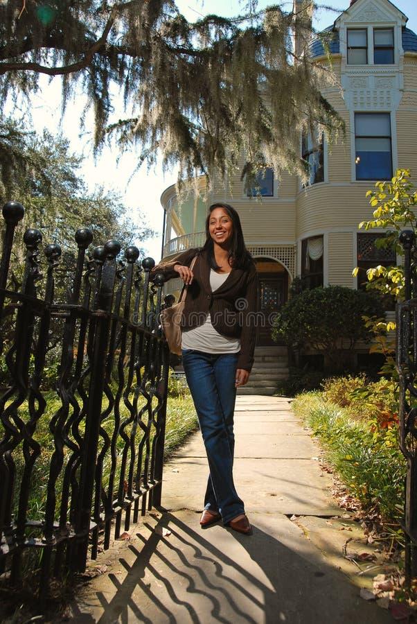 Hübsches Mädchen, das teures Haus verkauft stockfoto
