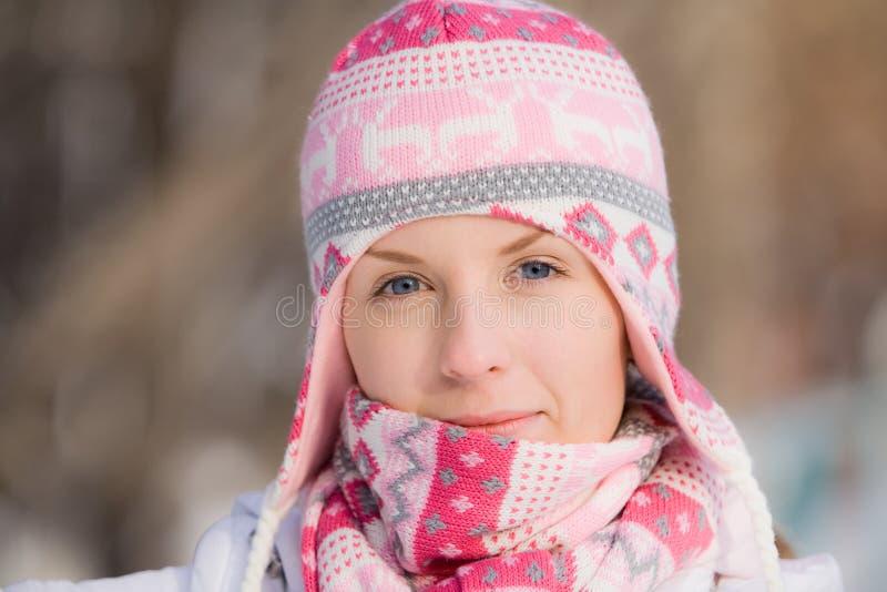 Hübsches Mädchen, das warmen Hut und Schal trägt lizenzfreie stockbilder