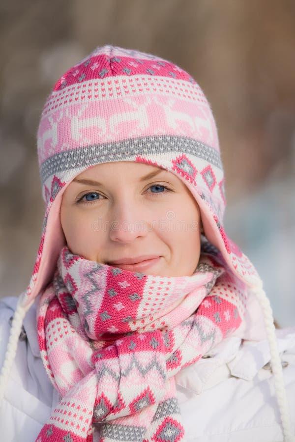 Hübsches Mädchen, das warmen Hut und Schal trägt stockfotografie