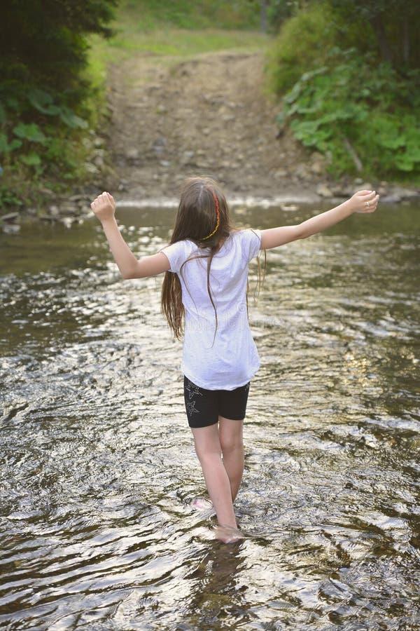 Hübsches Mädchen in dem Fluss lizenzfreie stockfotos