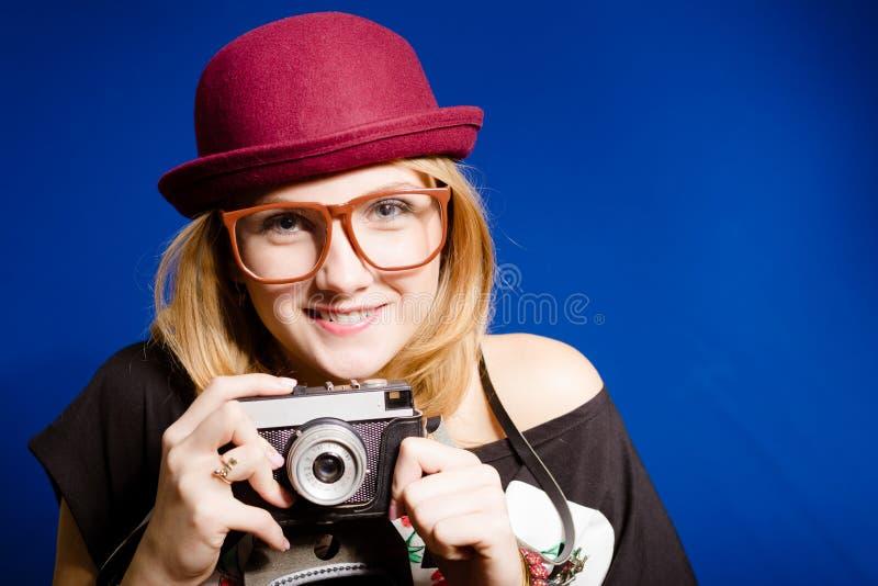Hübsches Mädchen in den großen Gläsern und im Hut, die Weinlese hält lizenzfreie stockbilder