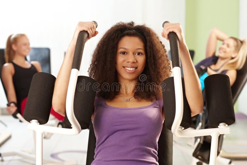 Hübsches Mädchen an der Gymnastik lizenzfreies stockbild