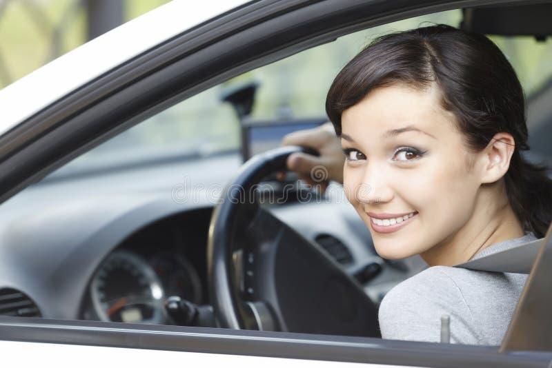 Hübsches Mädchen in einem Auto stockbilder