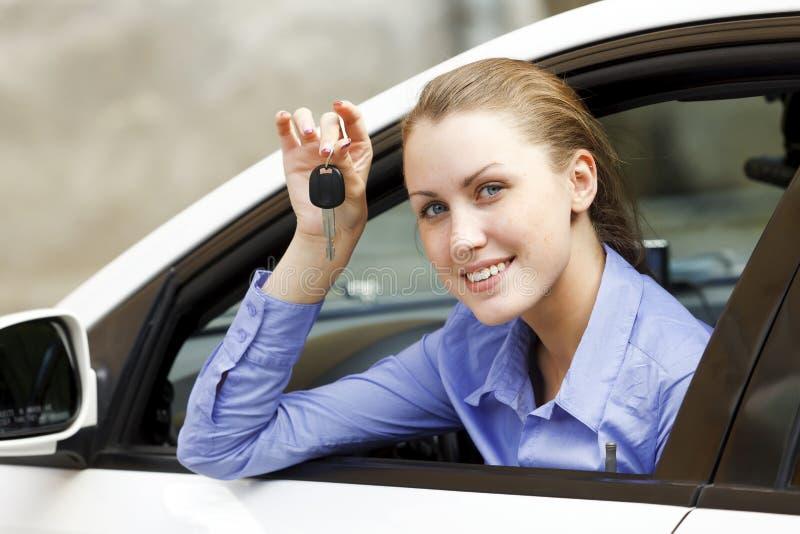 Hübsches Mädchen in einem Auto stockbild