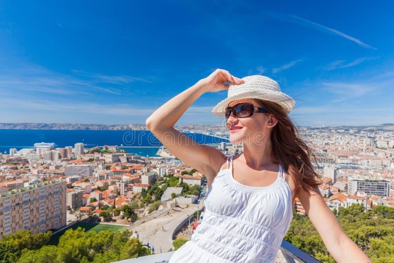 Hübsches Mädchen in einem Hut und in Sonnenbrille, die gegen die Stadt von aufwerfen stockbilder