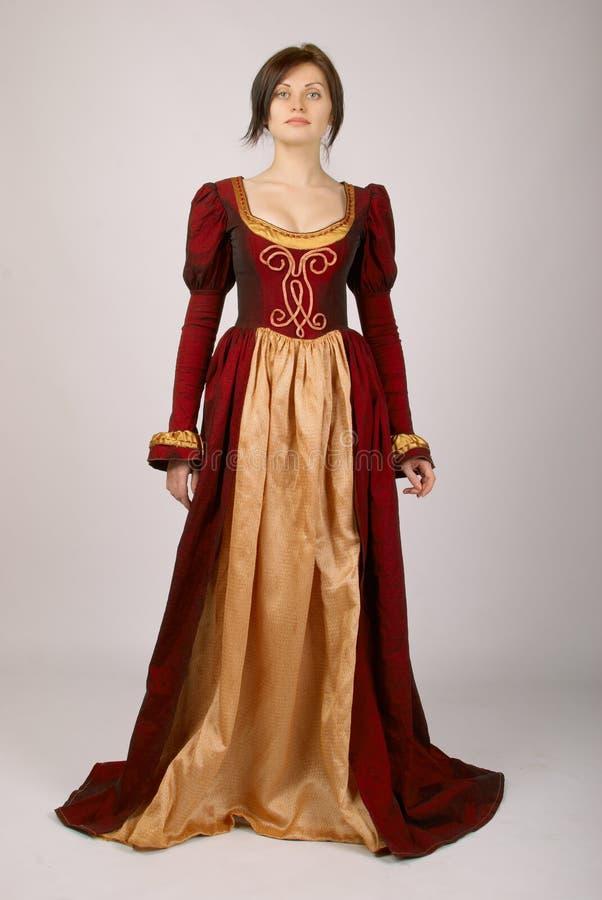Hübsches Mädchen in einem Kleid mittelalterlich lizenzfreies stockfoto