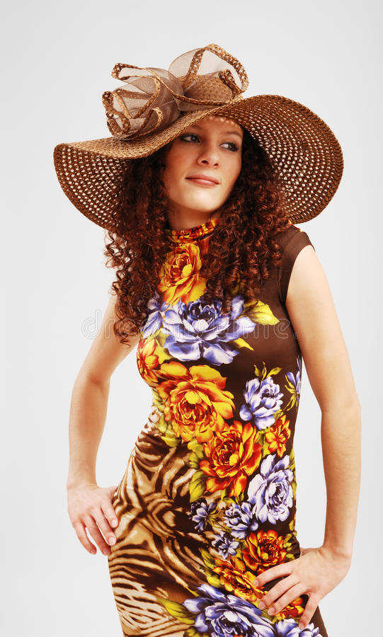 Hübsches Mädchen in einem Sommerkleid und in einem Ausgedehntrand lizenzfreies stockbild