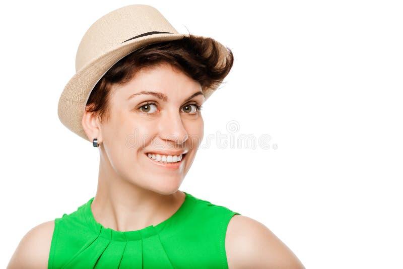 hübsches Mädchen in einem Strohhut auf einem Weiß lizenzfreie stockbilder