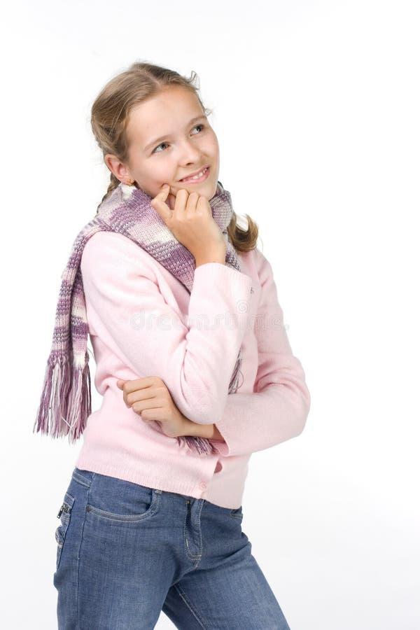 Hübsches Mädchen in einer rosafarbenen Jacke mit einem Schal lizenzfreies stockbild