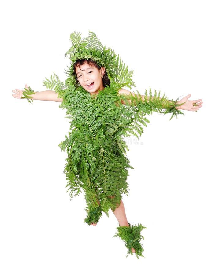 Hübsches Mädchen gekleidet in den Grünpflanzeblättern stockfotografie