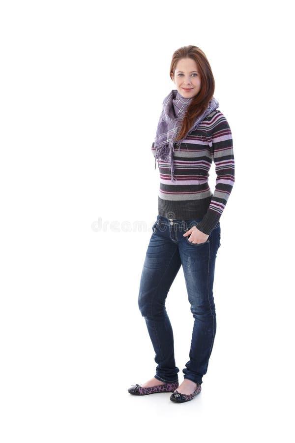 Hübsches Mädchen gekleidet für das Herbstlächeln lizenzfreie stockfotos