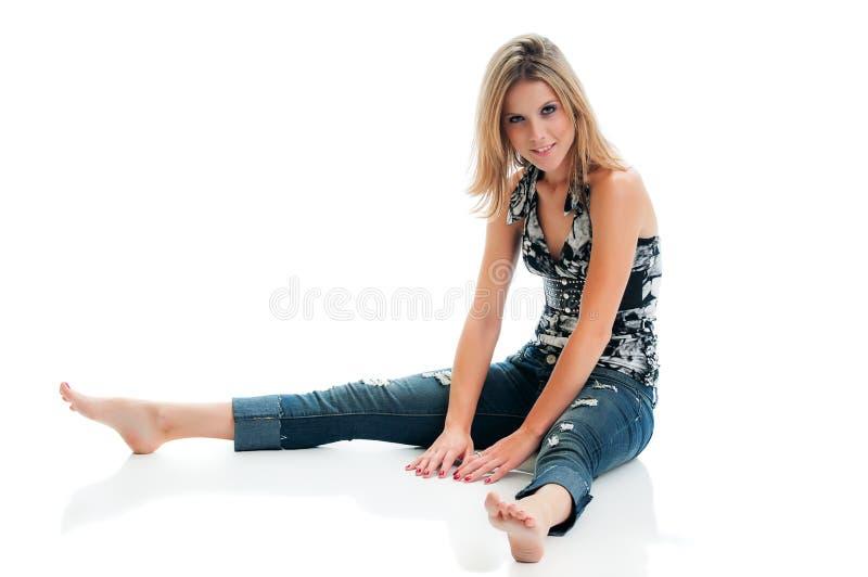 Hübsches Mädchen gesetzt auf Boden stockbild