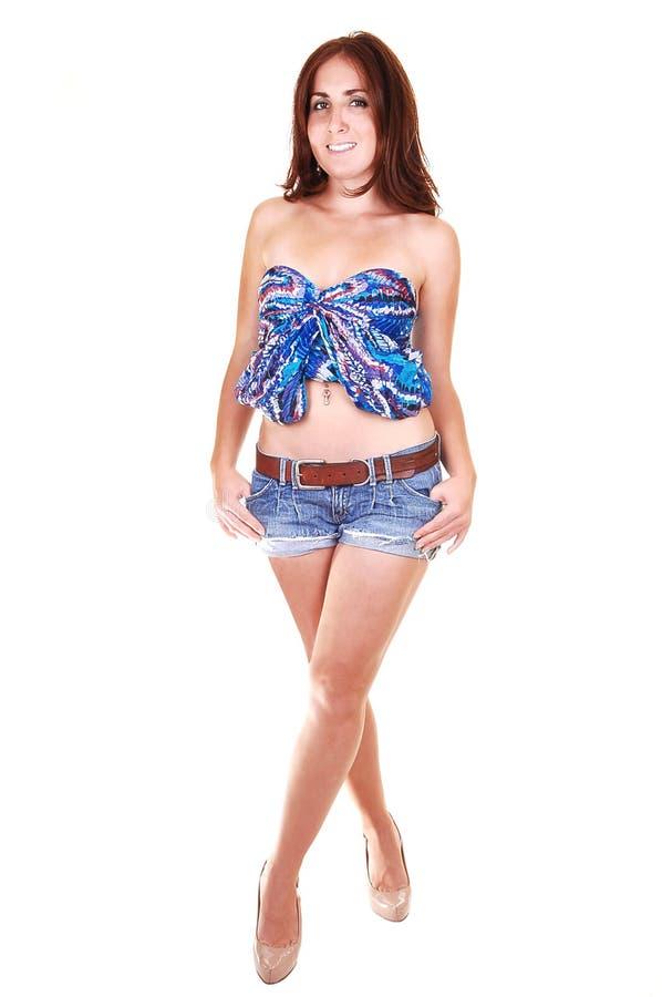 Hübsches Mädchen im Jeansminirock. lizenzfreie stockfotografie