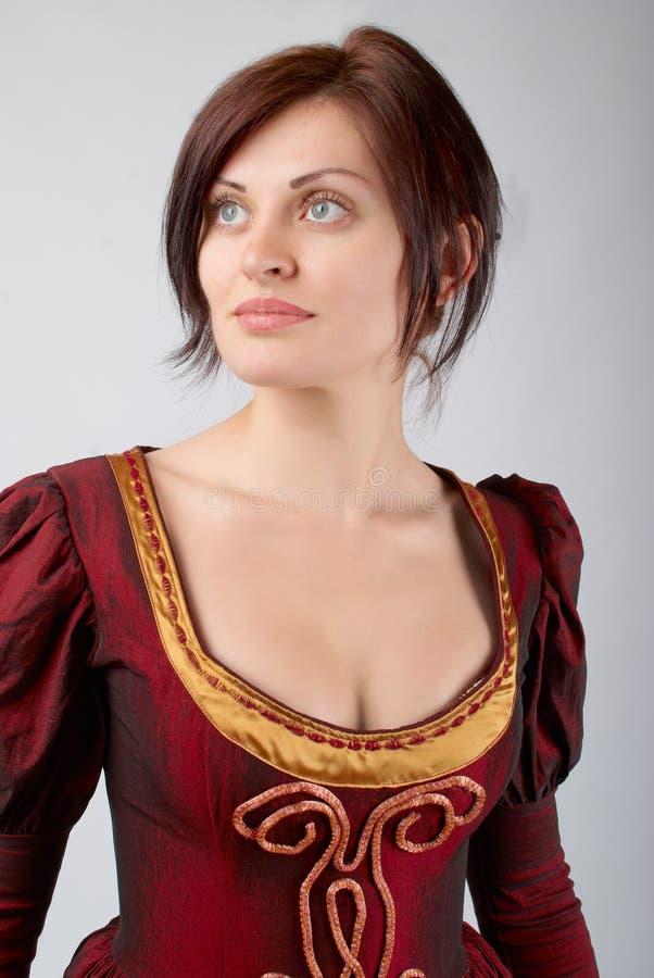 Hübsches Mädchen im Kleid mittelalterlich stockfotografie